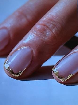 золото на ногтях 2021